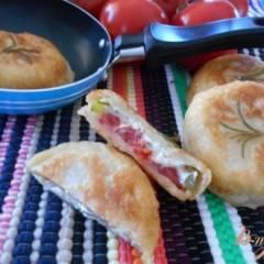 Закусочные пирожки с помидором, перцем и сыром