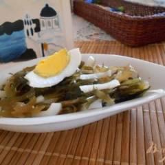 Салат из кальмара с яйцом и морской капустой
