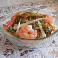 Салат с морской капустой, креветками и крабовыми палочками