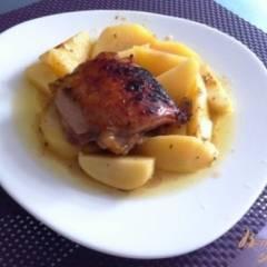 Куриные бедрышки в соусе ткемали с картофелем