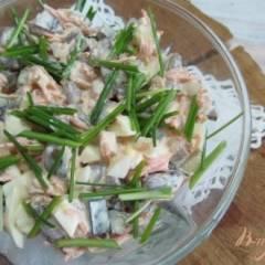 Салат из фасоли грибов и копченой курицы