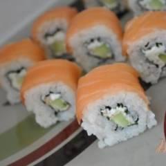 фото рецепта Роллы с копченым лососем и огурцом