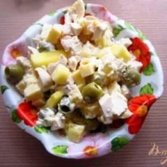 Салат с курицей, оливками и ананасами