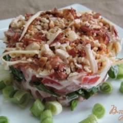 Салат и копченной курицы помидора и арахиса