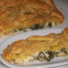Пирог из слоеного теста с фетой и шпинатом