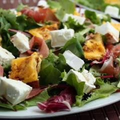 Салат с омлетом и козьим сыром