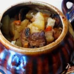 Свинина с грибами и картофелем в горшочке