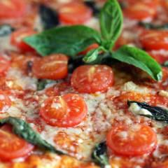 фото рецепта Пицца с помидорами черри и базиликом