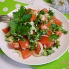 Летний салат с луком и чесноком