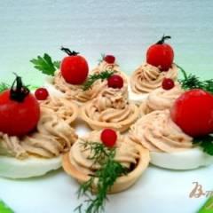 Тарталетки  и  яйца фаршированные  куриным  окорочком