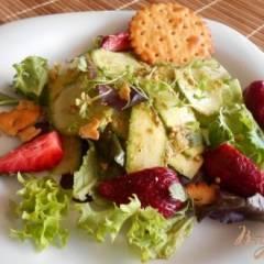 Салат из огурцов и цуккини с соусом песто