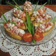 Кростини с помидором и сыром