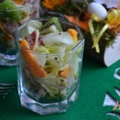 Салат с копченой курицей и киви
