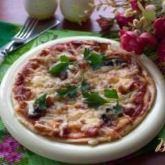 Пицца с грибами, ветчиной и маслом