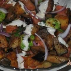 Теплый салат с картофелем и овощами