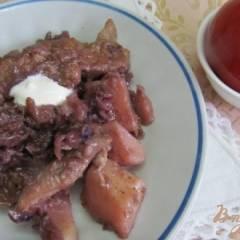Свинина с яблоком и красной капустой