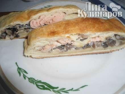 Пирог из слоеного теста с красной рыбой и грибами
