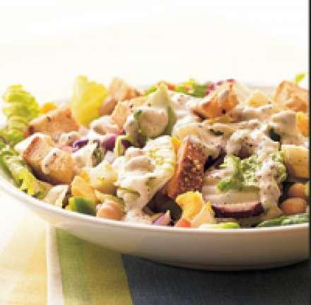 Салат с кириешками, фасолью и колбасой