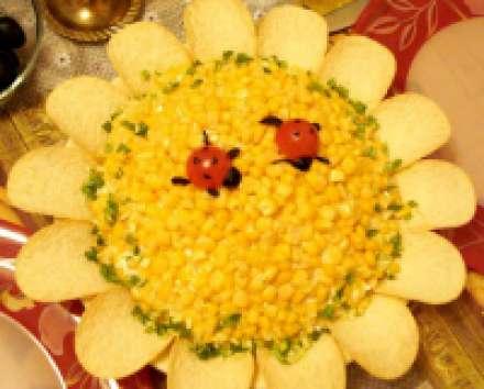 """Салат """"Подсолнух"""" с крабовыми палочками, кукурузой"""