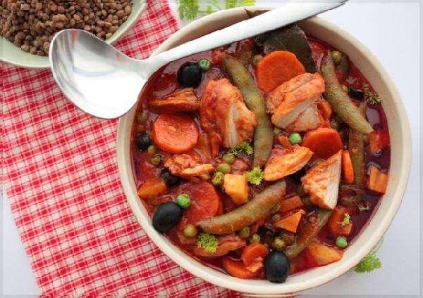 Курица тушеная в овощах, с чечевицей