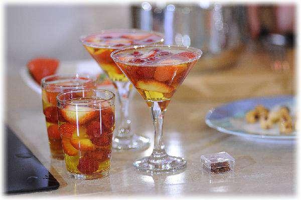 Летний десерт  – желе из шампанского с ягодами