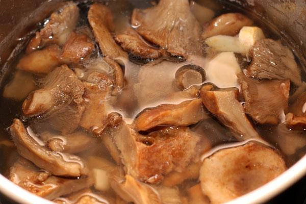 Крупные грузди разрежьте на 2-4 части,  мелкие оставьте целыми. Залейте грузди большим количеством воды, доведите до кипения и варите 20 минут.