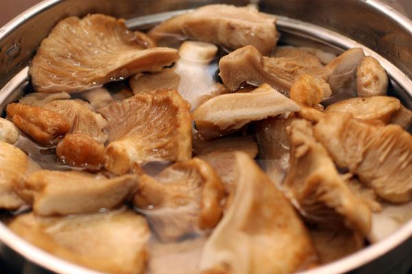 Слейте воду, залейте свежей водой (только чтобы покрыть грибы, у меня ушло 2 литра), добавьте соль из расчета 3 чайных ложки на литр воды, специи и варите еще 20 минут.