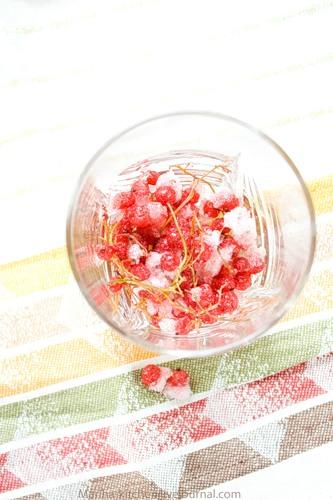Начнем с соусов. Красная смородина была заморожена, и дожидалась своего часа в морозилке. Если у вас такая есть (а хотите, берите клюкву или бруснику), промойте ее теплой водой.
