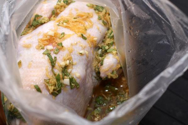 Курицу вымойте, высушите и положите в плотный полиэтиленовый пакет. Туда же влейте получившийся маринад, равномерно распределите его и плотно закройте пакет. Уберите в холодильник на 3 часа или больше.
