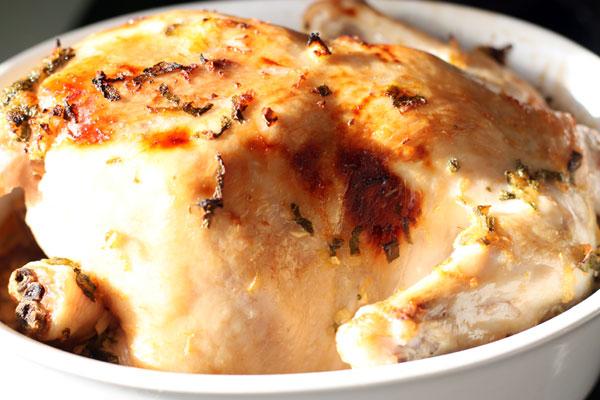 Готовую курицу нарежьте порционными кусками и подавайте, полив соусом и украсив апельсинами и листочками шалфея.