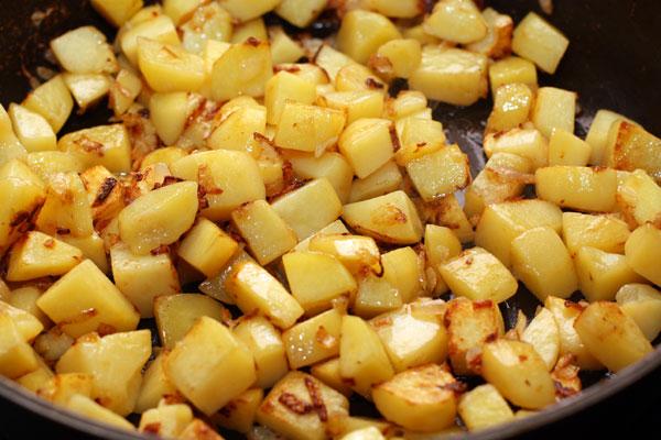 Картошка должна стать мягкой, а лук золотистым.