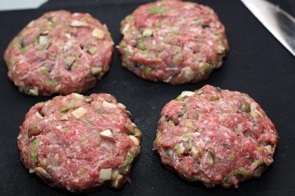Смесь посолите, поперчите и сформируйте из нее круглые плоские котлетки по образцу гамбургера.