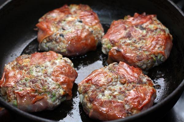 Обжарьте гамбургеры на среднем огне с обеих сторон, затем прикройте крышкой, уменьшите огонь и готовьте еще 3-5 минут.  Подавайте с зеленым салатом и овощами.