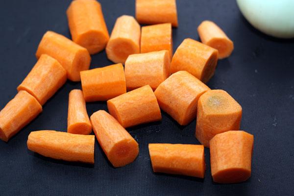 Так же поступить с морковью. Кстати, чем больше моркови в бульоне, тем более жизнерадостный у него цвет в итоге.