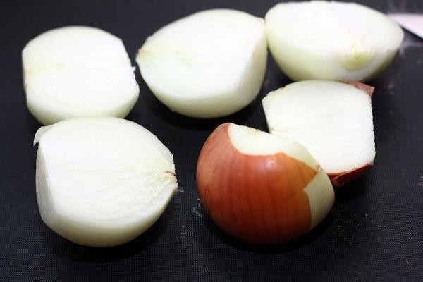 Лук очистите от внешней шелухи и разрежьте пополам. Плотную чистую шелуху можно оставить также для придания золотистого цвета бульону.