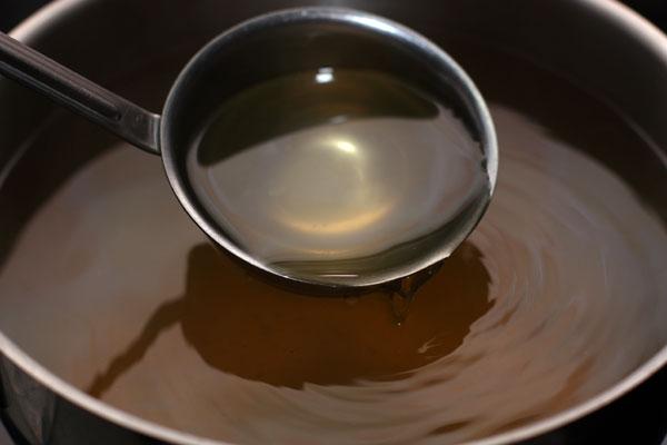 Обратите внимание, бульон мы не солили, потому что планируем использовать его для приготовления других блюд, там будем и солить.