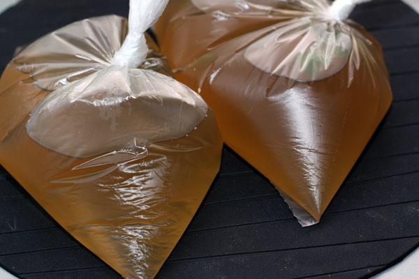 Чтобы заморозить бульон, разлейте его по плотным порционным пакетам или специальным емкостям для заморозки и положите в морозильную камеру.