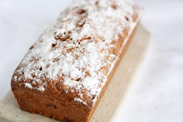 Готовый кекс посыпьте сахарной пудрой, остудите и приступайте к чаепитию!