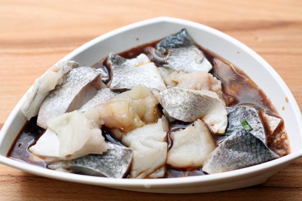 Рыбное филе (можно с кожей) нарежьте небольшими кусочками, опустите в маринад и оставьте на 10-15 минут. <p>Пока рыба маринуется, в подсоленной воде сварите рис, слейте воду, и, пока рис не остыл, добавьте сливочное масло.