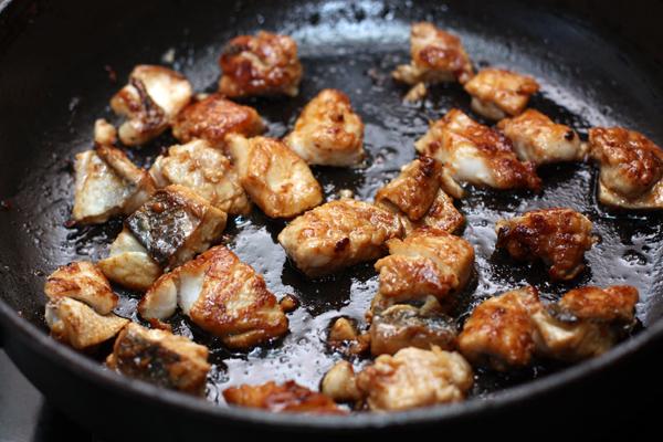 На разогретую сковороду выложите кусочки рыбы и обжарьте со всех сторон. Укладывайте рыбу неплотно, чтобы образовалась корочка и сок не вытекал.  На тарелку выложите рис, сверху положите кусочки рыбы.
