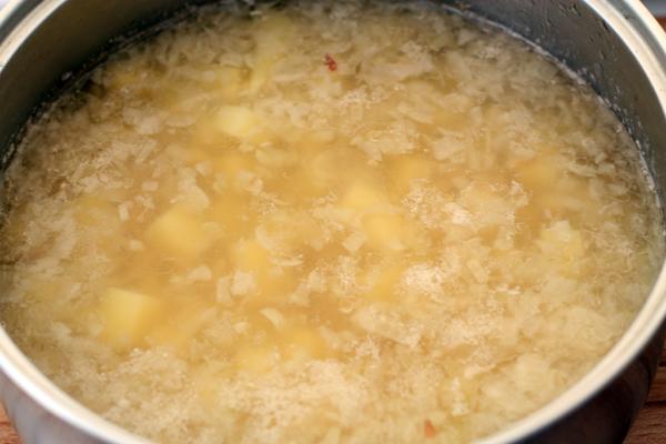 Оставшееся в кастрюле посолите, добавьте картошку и лук. Варите до готовности картошки.