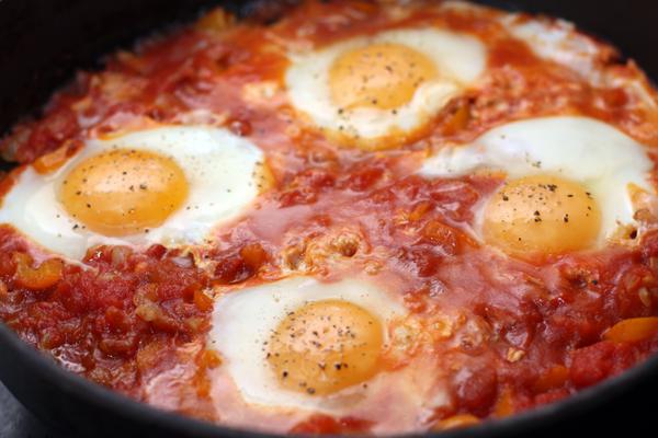 Готовьте на небольшом огне до тех пор, пока яйца не будут готовы (степень прожарки выбирайте на свое усмотрение).  Каждое яйцо немного посолите и посыпьте свежемолотым черным перцем.
