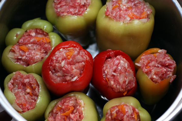 Наполните фаршем перец. Не набивайте слишком плотно, чтобы перцы не лопнули в процессе приготовления.