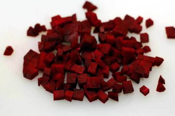 Нарежьте сырую свеклу мелкими кубиками.