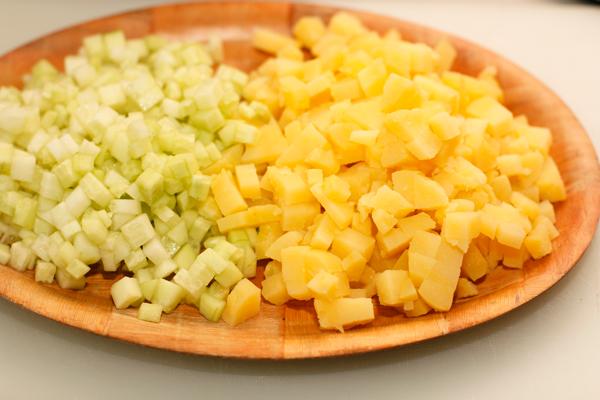 Вареный картофель очистите и нарежьте мелкими кубиками. Огурцы тоже нарежьте. Если у огурцов тонкая кожица, ее можно не снимать.