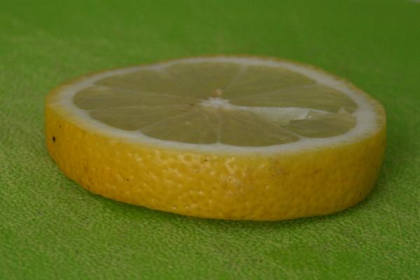 Берем большой кусок лимона, удаляем косточки и выжимаем сок из него.