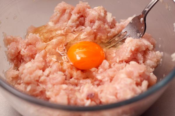 Добавьте 1 яйцо.