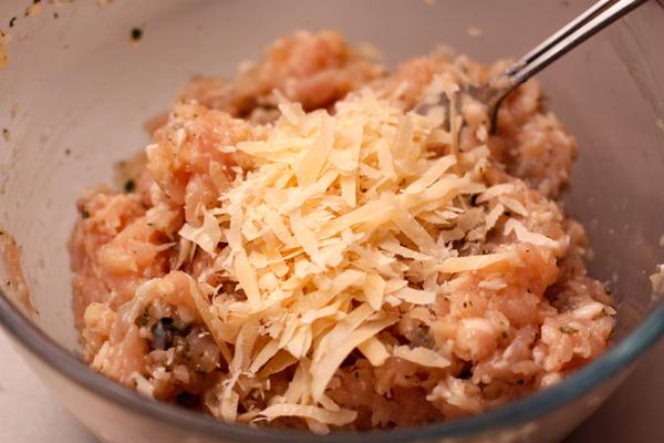 Посолите, поперчите, добавьте измельченную зелень и тертый сыр. Хорошо перемешайте.