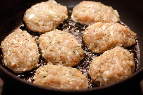 Слепите небольшие котлеты (столовая ложка фарша на одну штуку) и обжарьте их на среднем огне в небольшом количестве масла.