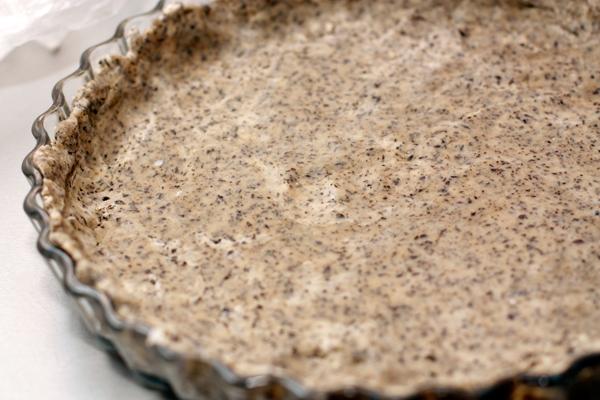 Распределите тесто в форме для выпечки слоем в полсантиметра, наколите вилкой в нескольких местах.